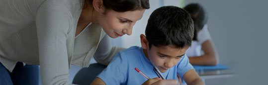 Professora ensinando inglês para crianças