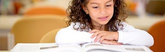 Aluna lendo livro com a metodologia CCAA