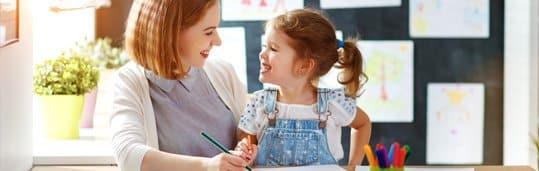 Professora CCAA ensinando inglês para uma criança