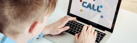 Aluno estudando com o CALL, software exclusivo pedagógico do CCAA