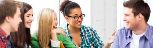 Alunos CCAA conversando e estudando na sala de aula