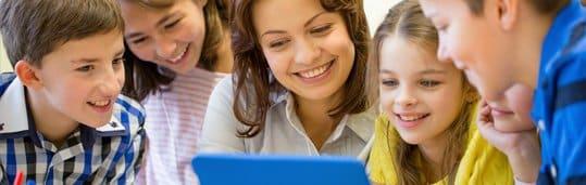 Aula de inglês para crianças em sala de aula no CCAA