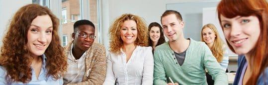 Adultos estudando inglês no CCAA