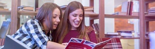 Jovens alunas estudando inglês do CCAA
